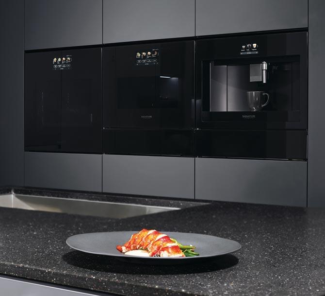 Il cassetto scaldavivande si abbina perfettamente con il forno compatto Signature Kitchen Suite