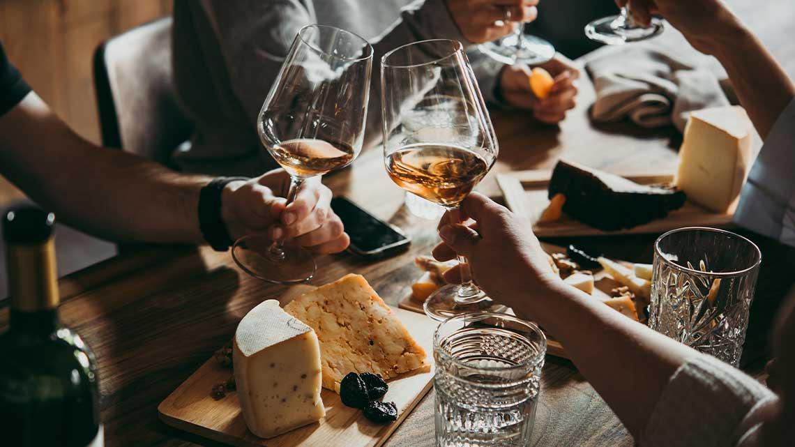 Un'atmosfera accogliente nella tranquillità della propria casa con buon cibo e buon vino