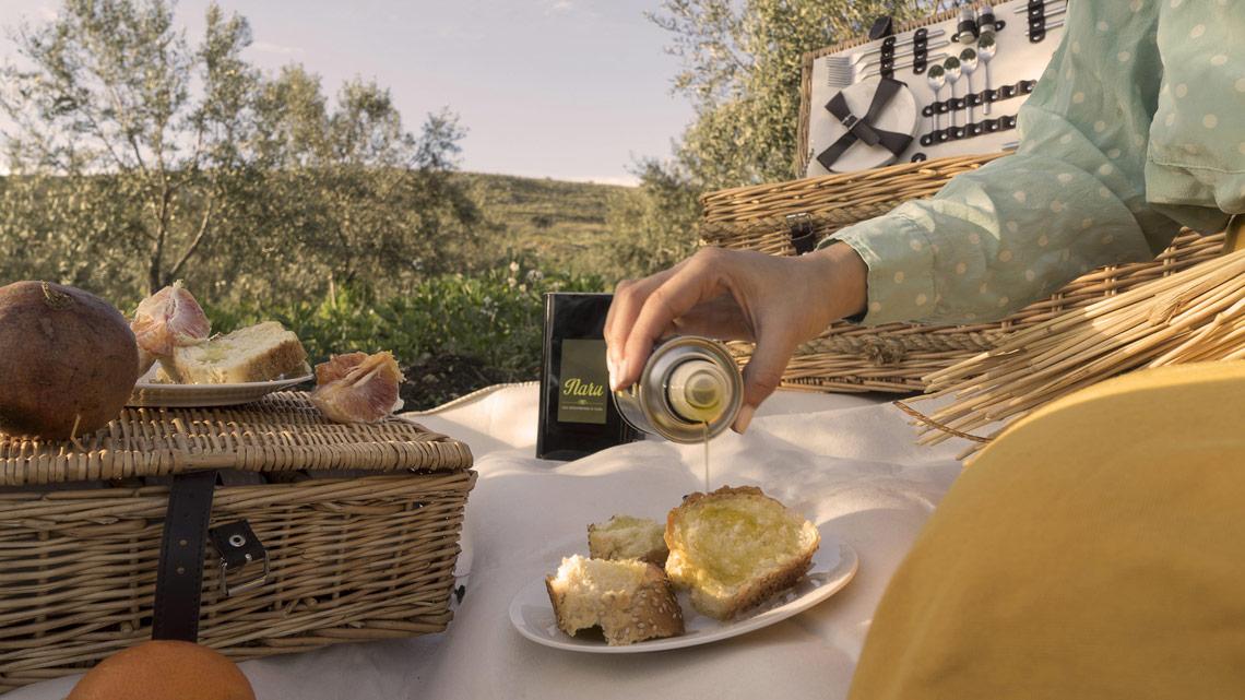 A 600 metri sul livello del mare viene prodotto l'olio biologico d'oliva extravergine Naru.